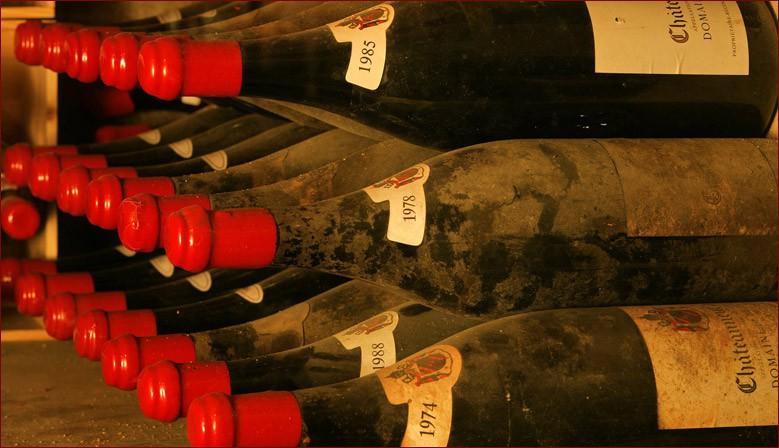 """La Vinothèque du DOMAINE DE BEAURENARD où sont conservées des bouteilles et """"grands contenants"""" des précédentes décénies"""